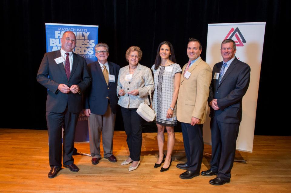 """El supermercado """"Stop and Compare"""" recibe el premio por ser una de las mejores empresas familiares del año en Massachusetts"""